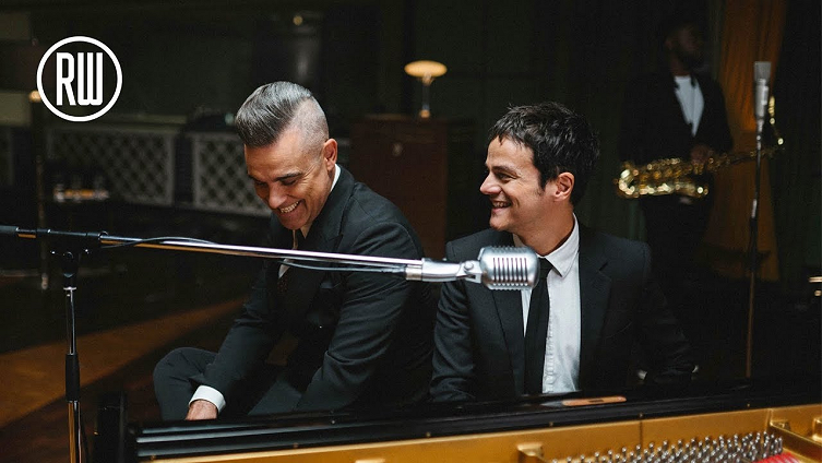"""Robbie Williams Releases """"Merry Xmas Everybody"""" Music Video with Jamie Cullum! – LollyChristmas.com"""